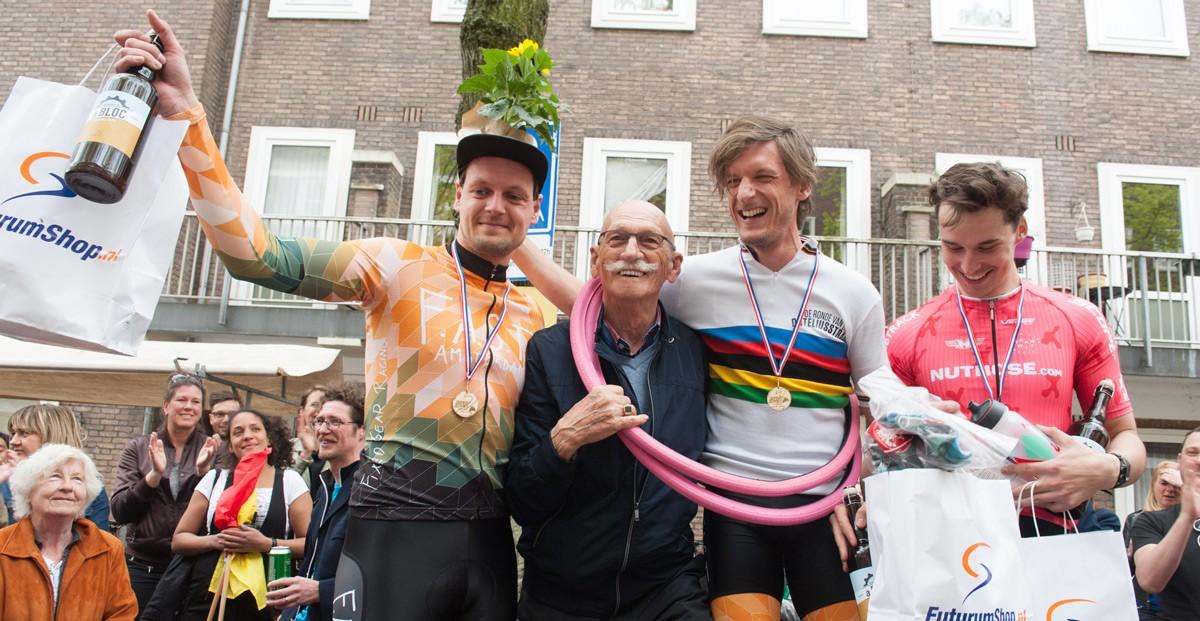Ronde-van-de-Orteliusstraat-30-04-2017-GP-PvH-winnaar-Luc-Ducrot-in-het-regenboogshirt-van-Piet-van-Heusden-samen-met-Piet-in-een-roze-band-Rim-article-75