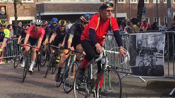 Voormalig-wereldkampioen-Piet-van-Heusden-maakt-op-kop-van-het-peloton-zijn-ereronde-tijdens-de-Ronde-van-de-Orteliusstraat-dat-na-63-jaar-terugkeerde-in-Amsterdam-30042017b